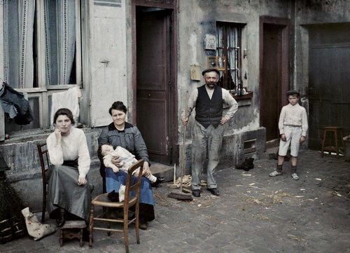 france-paris-family-in-the-rue-du-pot-de-fer-1914-musee-albert-kahn