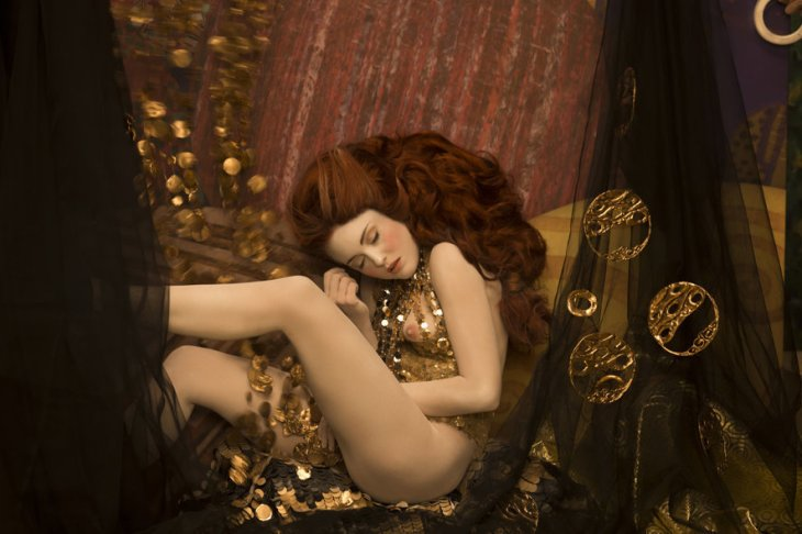 inge-praders-recreation-of-gustav-klimts-danae-1907