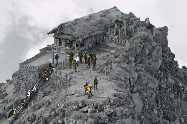ontake_vulkanska_erupcija_u_potpunosti_prekrila_hram_pepelom_resize