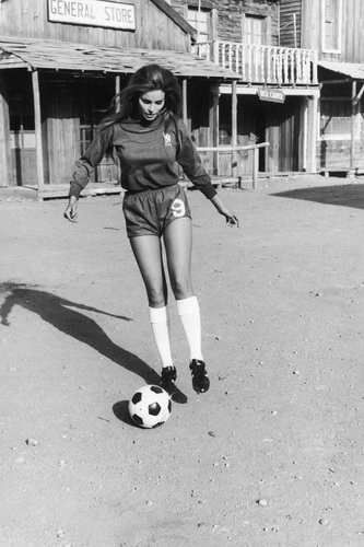 -on-set-1971-raquel-welch-gettyimages-