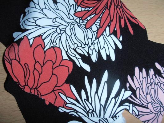 Crna podloga sa krupnim cvjetovima
